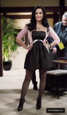 Sonny Munroe Обои containing a well dressed person called Sonny Munroe <3
