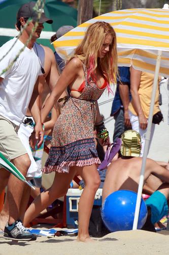 "Blake Lively films ""Savages"" at Laguna pantai in L.A, Sep 12"
