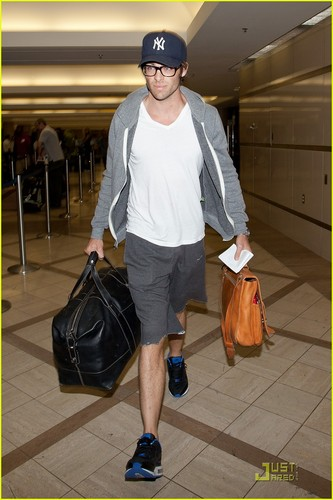 Chris Pine Catches a Flight - chris-pine Photo