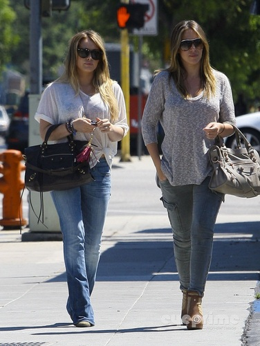 Haylie&Hilary - Having Lunch in Burbank - August 27, 2011