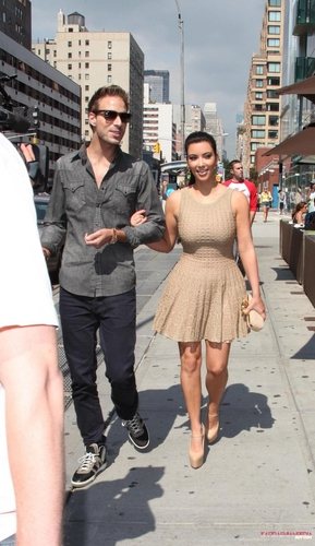Kim goes out for lunch with her friends Jonathan and Simon in New York - 02/09/2011
