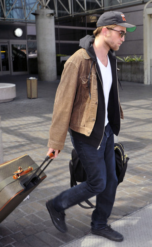 Robert Pattinson Lands Back In LA (Sept 14th)