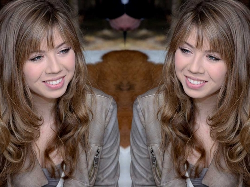 Looks very cute.Jennette McCurdy Meet and Greet fotos from Rib Round Up 2011