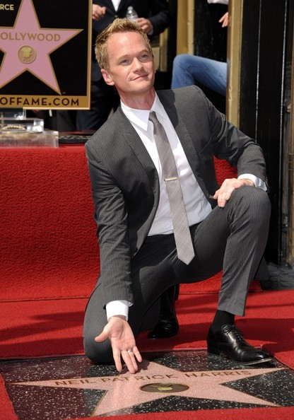 http://images5.fanpop.com/image/photos/25300000/Neil-Patrick-Harris-Receives-His-Star-on-the-Hollywood-Walk-Of-Fame-neil-patrick-harris-25350218-416-594.jpg