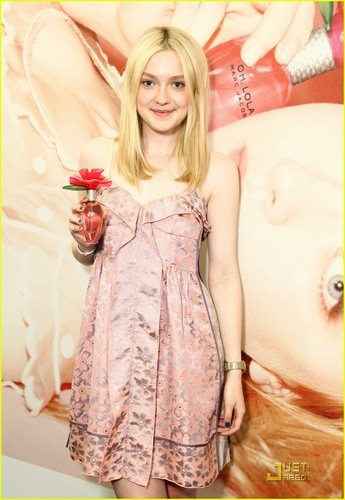 Dakota Fanning wallpaper probably with skin titled Oh, Lola Marc Jacobs Launch!