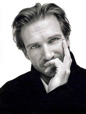 Actors پیپر وال with a portrait entitled Ralph Fiennes