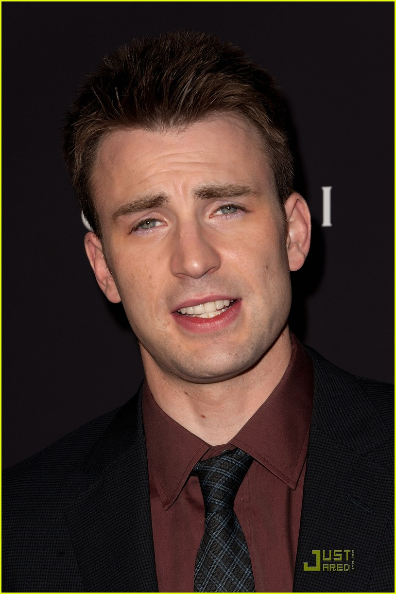 http://images5.fanpop.com/image/photos/25400000/Chris-Evans-Premieres-Puncture-in-NYC-chris-evans-25458863-815-1222.jpg