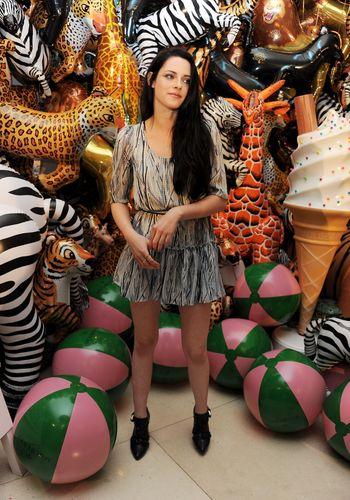 Kristen Stewart @ Mulberry Spring/Summer 2012 @ Luân Đôn Fashion WeekRead more: http://twilightladies.