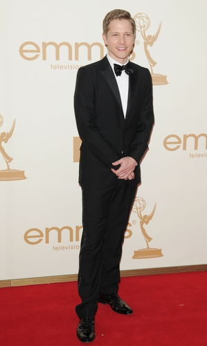The Good Wife karatasi la kupamba ukuta containing a business suit and a suit titled Matt Czuchry at Emmys 2011
