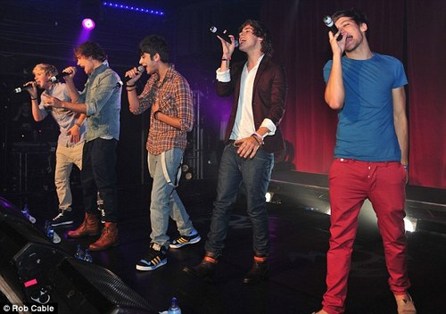 One Direction nourriture Fight on stage at G.A.Y!