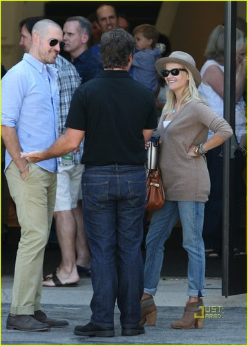 Reese Witherspoon: On The Mend After Being Hit door Car