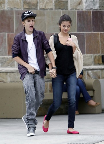 Selena - Walking In Los Angeles With Justin Bieber - September 16, 2011