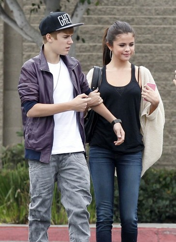 Selena - Walking In Los Angeles With Justin Bieber - September 16, 2011