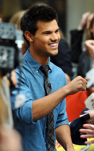 Taylor Lautner - Today Show.(Arrival)