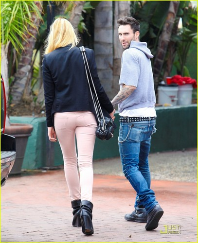 Adam Levine & Anne V Trek to Tra Di Noi