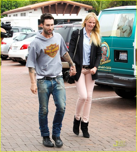 Adam Levine & Anne V Trek to Tra Di Noi