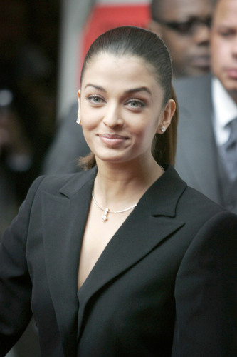 Aishwarya Rai kertas dinding containing a business suit, a suit, and a two piece called Aishwarya
