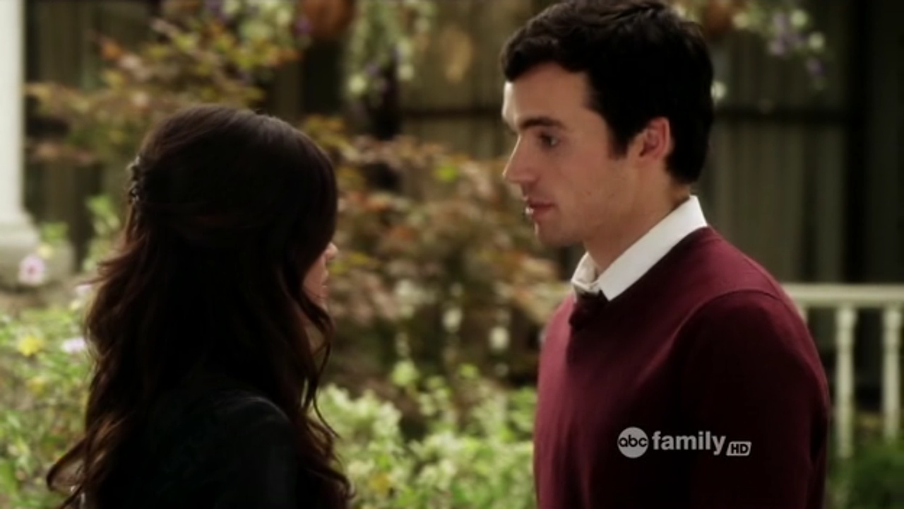 Who is ezra dating pll