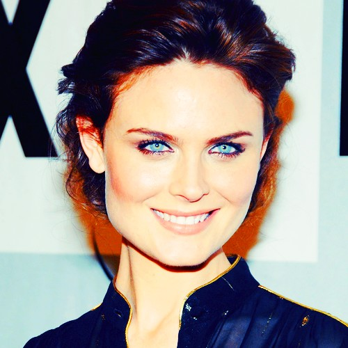 Emily Deschanel wallpaper with a portrait titled Emily