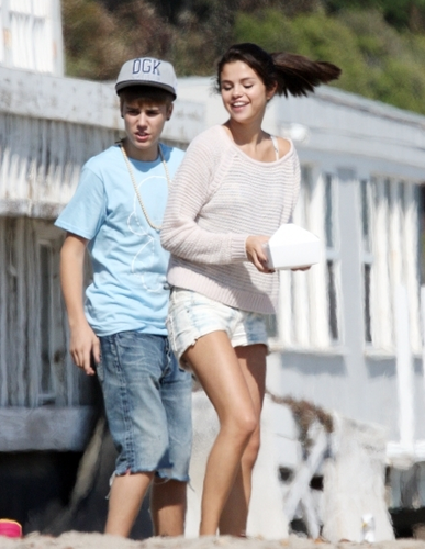 Justin & Selena at Malibu beach, pwani Today