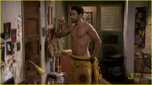 Noah Mills: Shirtless on '2 Broke Girls'!