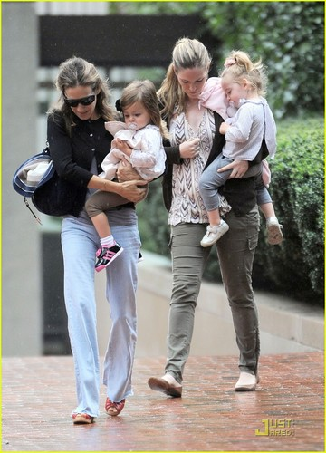 Sarah Jessica Parker: Rainy jour with the Twins!