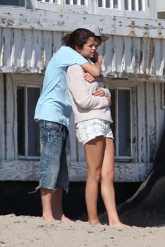 Selena - On the ビーチ in Malibu - September 23, 2011