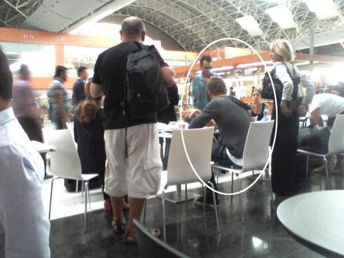 kivanc in the airport with kuzey guney cast