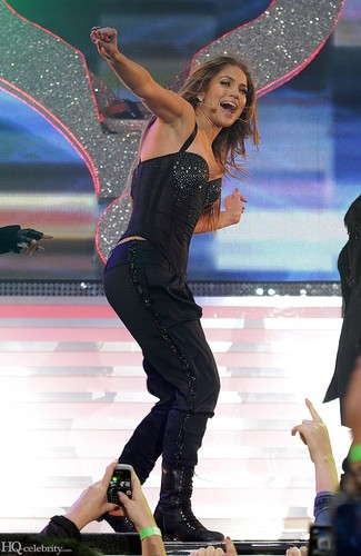 Jennifer Lopez wallpaper probably containing a fedora, a boater, and a sombrero called Jennifer Lopez at Summertime Ball on June 12, 2011