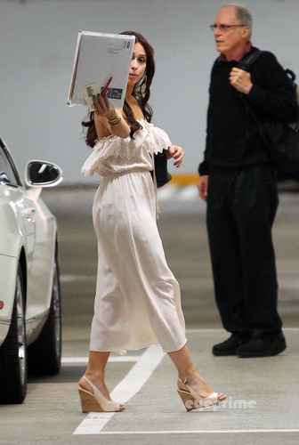 Jennifer Love Hewitt hides her Face while out in Hollywood, Sep 27