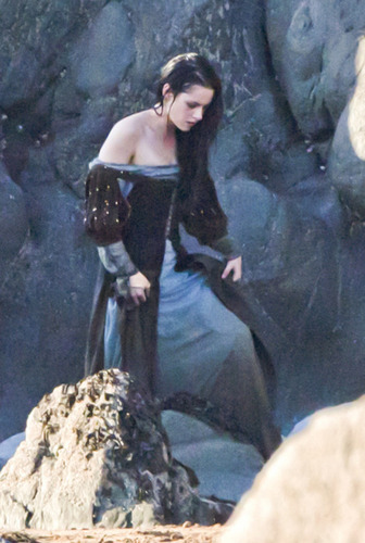 Kristen Stewart in Snow White dress September 28, 2011