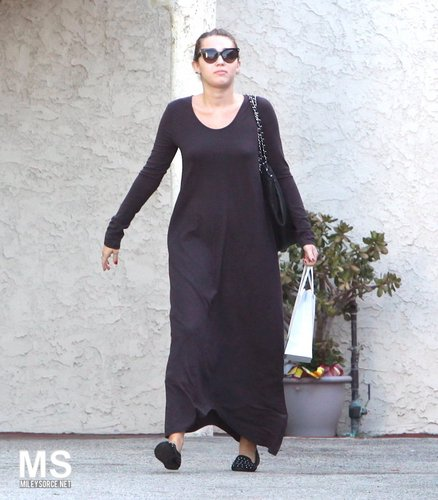 Miley Cyrus ~ 24. September - At The Bank Before Heading To A Skin Salon In Los Angeles