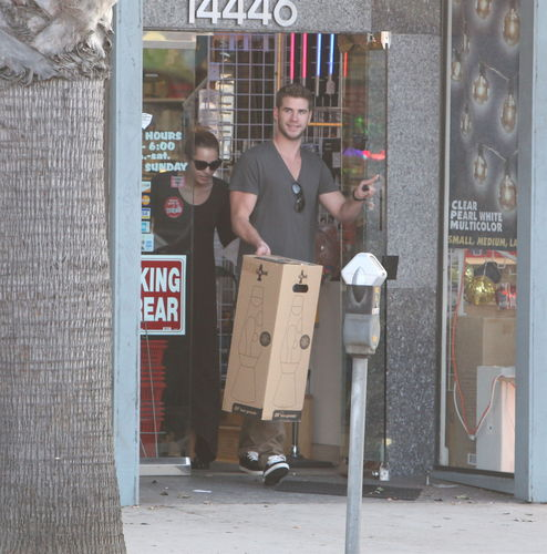 Miley Cyrus ~ 24. September - Getting A Lava Lamp At A Light Store With Liam