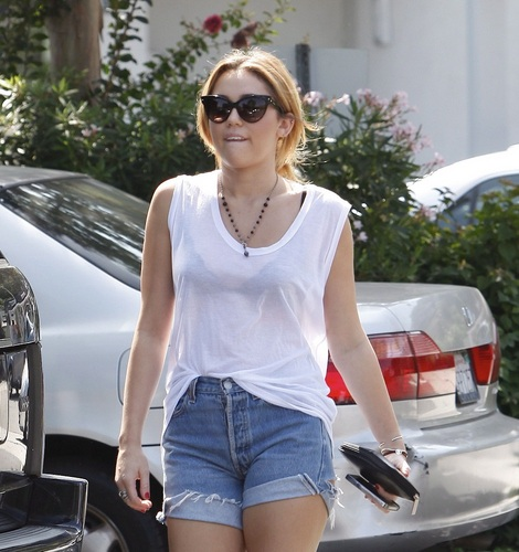 Miley - Shops at bett Bath and Beyond - September 26, 2011