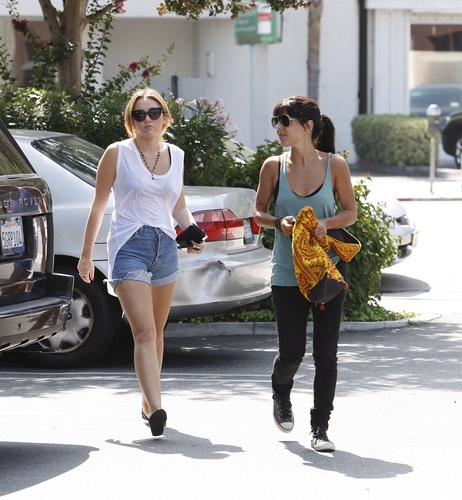 Miley - Shops at 침대 Bath and Beyond - September 26, 2011