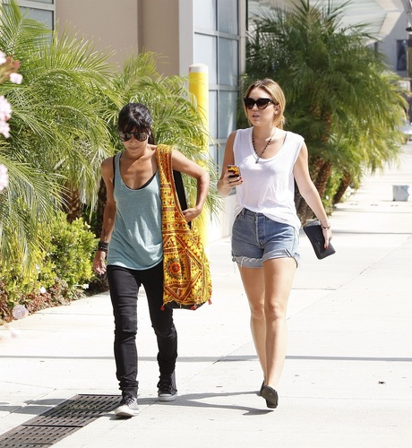 Miley - Shops at tempat tidur Bath and Beyond - September 26, 2011