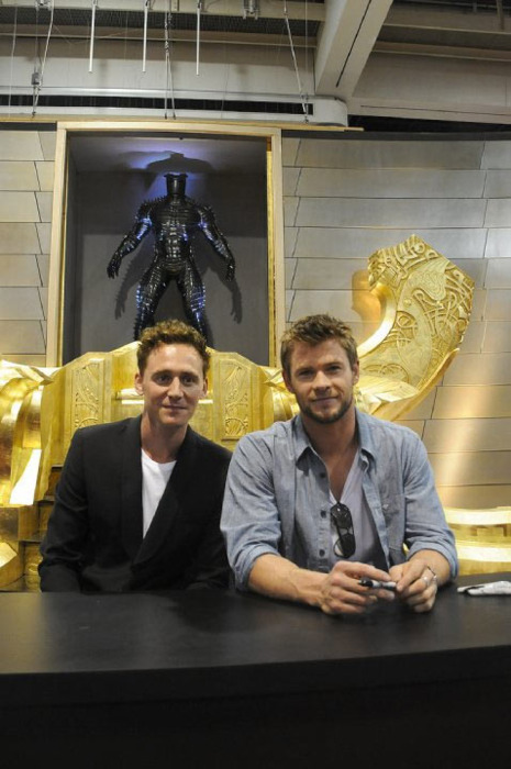 Tom Hiddleston and Chris Hemsworth - Tom Hiddleston Photo ...