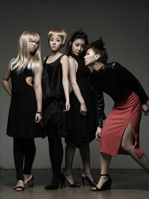http://images5.fanpop.com/image/photos/25700000/2ne1-2ne1-25724060-600-800.jpg