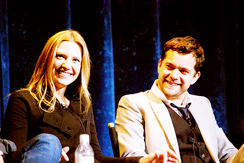 Anna Torv and Joshua Jackson fond d'écran possibly with a concert, a business suit, and a well dressed person entitled Anna & Josh <3