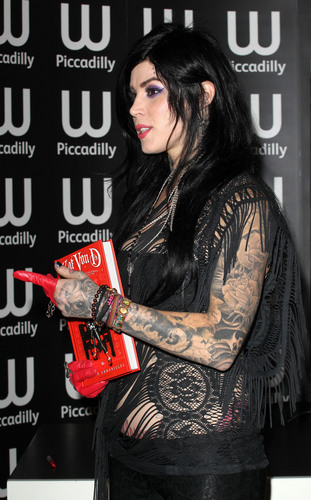 Kat Von D kertas dinding containing Anime entitled Book Signing
