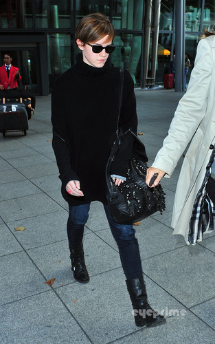 Emma Watson is back in 런던 [October 3]