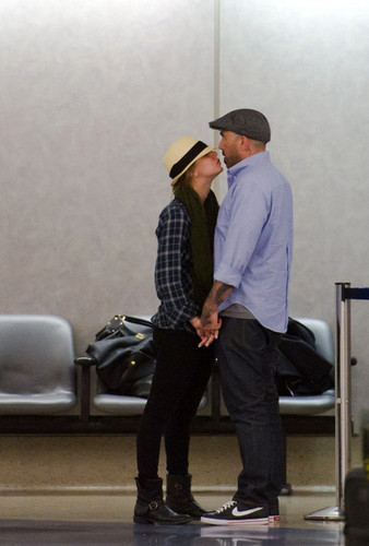 Kaley Cuoco fond d'écran containing a business suit, a fedora, and a boater entitled Kaley Cuoco at LAX