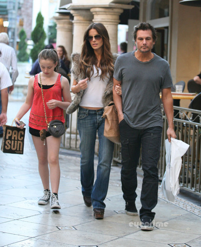 Kate Beckinsale shopping at the Grove in Hollywood, Sep 29