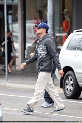 Leo enjoys a stroll along 牛津, 牛津大学 街, 街道 in Sydney, Australia