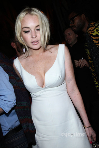Lindsay Lohan wallpaper entitled Lindsay Lohan: Upskirt as she leaves a Club in Paris, Sep 30