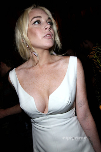 Lindsay Lohan wallpaper called Lindsay Lohan: Upskirt as she leaves a Club in Paris, Sep 30
