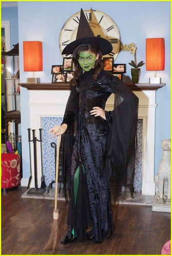 Zendaya & Bella Thorne 'Shake Up' হ্যালোইন