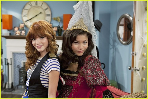 Zendaya & Bella Thorne 'Shake Up' ハロウィン