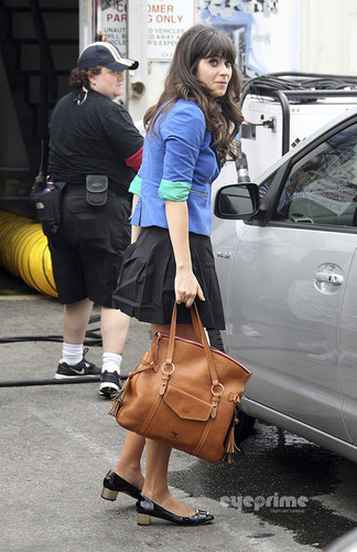 """Zooey Deschanel on the set of her new awesome TV hiển thị """"New Girl"""" L.A, Sep 30"""