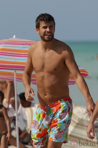 Gerard Piqué wallpaper possibly containing swimming trunks and a hunk entitled sexy body piqué on beach